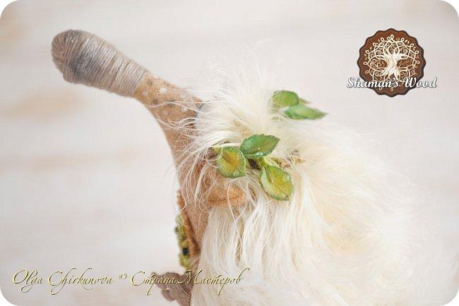 Юлий! Этот ёжик, словно частичка лета! Он любит зеленые листочки и солнечную погоду. Светлые иголочки, сопливый пятнистый носик, голубые глазки, очаровательная улыбка, лохматая челка и веснушки. На заплате вышито зеленое дерево — символ богатства и процветания. На голове венок, а в лапке посох волшебный с лотосом. Если ёжик возьмет что-нибудь в лапку, взятое приумножается. Такая у него магия! Однажды ежик Кеша попросил побольше яблок, а потом замучился собирать их в саду, да запихивать в погреб. фото 4
