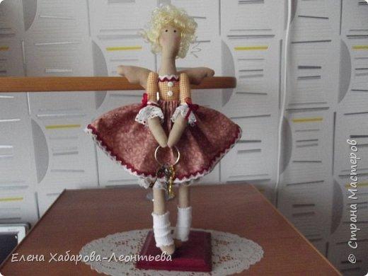 """Здравствуйте всем! Я к вам снова со своими любимыми куколками. На сей раз получились вот такие образы: Это ключница, Она живет в прихожей и """"выдает"""" ключи, а также следит за порядком. фото 1"""