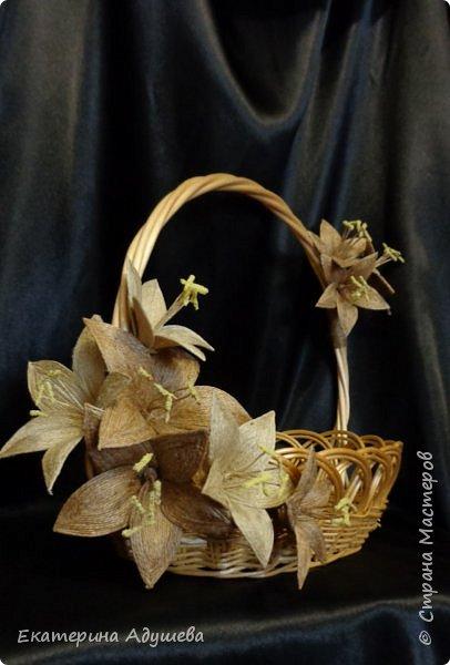Здравствуйте все кто заглянул на маю страничку! Предоставляю вашему вниманию маю работу, точнее только цветы, эту корзину попросила оформить моя невестка, в подарок учителю на выпускной, корзина под сладость, чай и кофе, сладкий набор....)))  фото 4