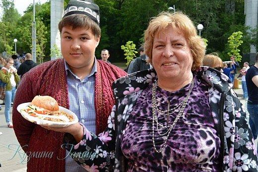Примерно в начале ноября у нас в Воронеже решили провести фестиваль национальных кухонь.Задумка была хорошая,но погодные условия не позволили развернуться фестивалю в полном объёме.Поэтому власти решили перенести праздник на 20 мая..Полгода вспоминая бесподобные манты,которые мы с коллегой отведали на фестивале в прошлый раз,я решила непременно вновь посетить это мероприятие. фото 6