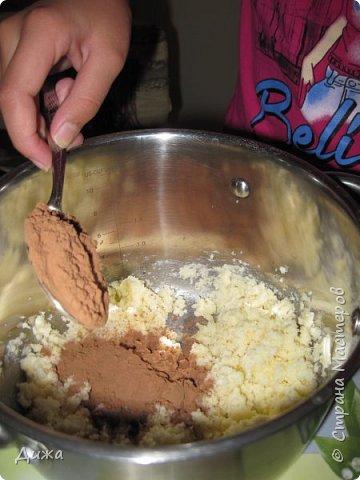 Здравствуйте! Сегодня я с вами поделюсь простым рецептом шоколадной пасты. Её может приготовить даже 10-летний ребёнок. Я её сделала сама , а мама только фотографировала. Это мой первый мастер класс, и я очень рада что впервые самостоятельно приготовила такую вкуснятину.  До этого я была у мамы на подхвате. Переворачивала блины, лепила пирожки, пончики и пельмени. Готовить очень весело!   Нам понадобится: 100 г  размягчённого сливочного масла 1 стакан сахара 3 столовые ложки муки (без верха) 3 столовые ложки какао  300 мл молока фото 5