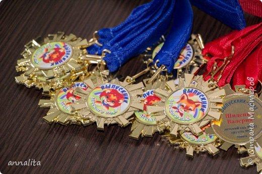 Здравствуйте. В прошлом году довелось мне делать медали на выпускной в д/с (http://stranamasterov.ru/node/1030889). Но в прошлом году у нас был фальстарт, а в этом - мы выпускаемся уже в школу.  Предложила родителям несколько вариантов металлических заготовок медалей, но снова выбор пал на солнышко. Пришлось разрабатывать другой дизайн, чтобы у нас медальки не повторялись фото 2