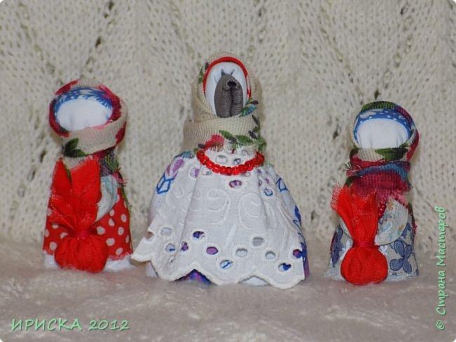 Привет всем гостям моей странички!!! В последнее время я заглядывалась на куклы-мотанки, но когда увидела первый раз каркушу у Наталии  http://stranamasterov.ru/node/1091410 , непременно захотела повторить. Правда первой у меня родилась кукла Домовушка, но ее я не фотографировала. А потом Каркуша и Подорожницы родились. фото 3