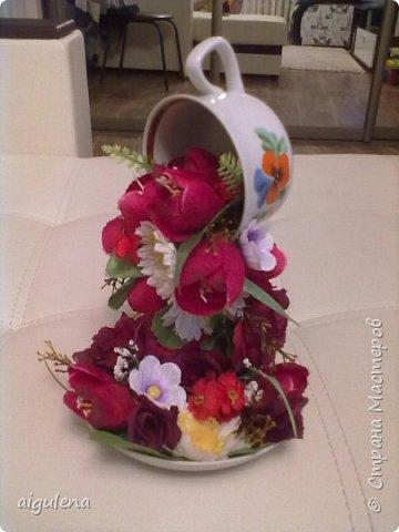 Летающая чашка из искусственных цветов - был сделан в подарок маме
