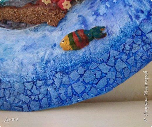 """Всем большой приветик! Сегодня хочу показать вам мою первую серьёзную работу, в которой я использовала несколько техник. Панно называется """"Подводный мир"""".  Основа - тарелка из папье маше (газетные кусочки). Водоросли из пряжи, рыбки из массы папье маше, а фон нарисовала. фото 9"""