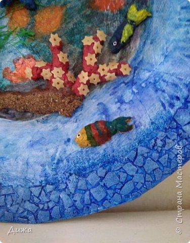 """Всем большой приветик! Сегодня хочу показать вам мою первую серьёзную работу, в которой я использовала несколько техник. Панно называется """"Подводный мир"""".  Основа - тарелка из папье маше (газетные кусочки). Водоросли из пряжи, рыбки из массы папье маше, а фон нарисовала. фото 10"""