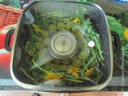 Наступила пора когда можно собирать всякие травки-цветочки и использовать их в домашней косметике.В этом МК покажу как я делаю цветочную воду,или по научному гидролат. Из Википедии:Гидролат – от гидро + le lait (фр. молоко) – вторичный дистиллят, душистая (флорентинная) вода, образующаяся при паровой дистилляции растительного (как правило, эфиромасличного) сырья. Любой гидролат состоит из дистиллированной воды и компонентов, которые уносятся из растительного сырья паром при паровой, или водной дистилляции.Гидролаты можно получать практически из любого растительного сырья, которое может выдержать паровую дистилляцию. Наиболее популярны гидролаты из эфиромасличных растений (роза, лаванда, шалфей, розмарин, можжевельник,чайное дерево, эвкалипт, мята, ромашка, тимьян, анис, полынь, сосна, кипарис и др.), цитрусовых (лимон, апельсин, мандарин, грейпфрут, лайм, бергамот, нероли, петитгрейн…), а также из фруктов, ягод, и овощей. Используются гидролаты для гигиены и косметических процедур, для увлажнения воздуха, придания свежести белью и предметам быта. Все гидролаты, изготовленные из натуральных компонентов, являются натуральными по определению.  фото 5