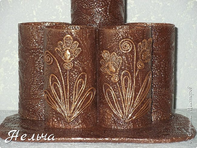 Карандашницы из жестяных консервных банок. Банки оклеены сначала салфетками, а потом обоями. Рисунок из салфеточных жгутиков. Красила колером и металлик золотом.  фото 4