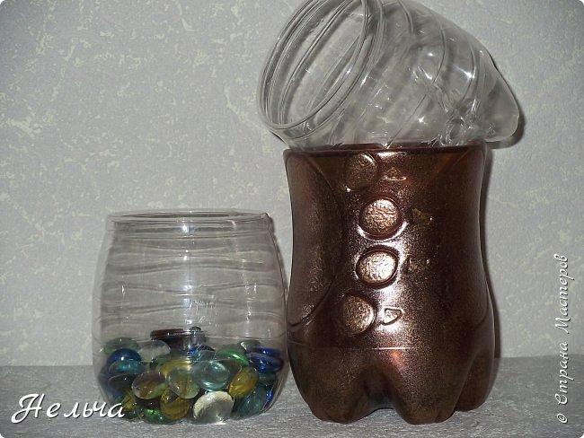 Карандашницы из жестяных консервных банок. Банки оклеены сначала салфетками, а потом обоями. Рисунок из салфеточных жгутиков. Красила колером и металлик золотом.  фото 9