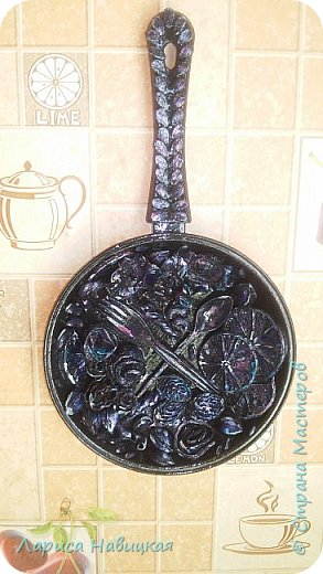 Нашлась маленькая сковородка и маленькая разделочная доска,получился наборчик на кухню. фото 5