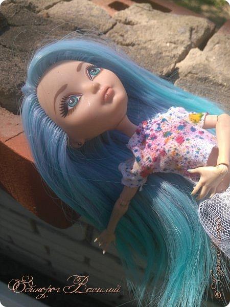 """Ну что же, я вернулась. Да,долго меня тут не было. Знаете,на некоторое время у меня прошло все это """"кукольное"""". Но, смотря ролики,стопики на ютубе я поняла,что снова хочу творить. Меня не было здесь примерно с зимы. Вот тогда-то и пропало это желание. Однажды,рыскав по Али (Алиэкспресс,по нашему) в поисках чего-нить, я случайно наткнулась на кукольные трессы. Ох, какой-же огромный выбор : зеленые, красные, с гардиентом и без. И вот тут ко мне пришла безумная идея. Перепрошить куклу. И делать это я решила на Стефании. Боялась,что все испорчу,что голову после моей """"прошивки"""" останется только выкинуть. Но я была слишком самоуверенна,поэтому выдергала все волосы из Стеф, оставив ее лысенькой. Заказала трессы,дождалась, и начался мой процесс. На все про все у меня ушло около 4 месяцев. Но это потому,что я по глупости заказала лишь 1метр тресс, и мне его просто напросто не хватило, пришлось заказывать еще. Вот такие пироги,так сказать.  Ну что же, Стеф уже прошитая, выглядит более мило и таинственно. Прошивка получилось очень удачной, по моему мнению. Цвет...Голубые волосы с фиолетовыми прядями, а концы волос ярко голубые. Мне очень понравился данный переход цветов. Ну вот ,по-моему все рассказала Приятного просмотра фото 11"""