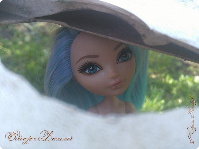 """Ну что же, я вернулась. Да,долго меня тут не было. Знаете,на некоторое время у меня прошло все это """"кукольное"""". Но, смотря ролики,стопики на ютубе я поняла,что снова хочу творить. Меня не было здесь примерно с зимы. Вот тогда-то и пропало это желание. Однажды,рыскав по Али (Алиэкспресс,по нашему) в поисках чего-нить, я случайно наткнулась на кукольные трессы. Ох, какой-же огромный выбор : зеленые, красные, с гардиентом и без. И вот тут ко мне пришла безумная идея. Перепрошить куклу. И делать это я решила на Стефании. Боялась,что все испорчу,что голову после моей """"прошивки"""" останется только выкинуть. Но я была слишком самоуверенна,поэтому выдергала все волосы из Стеф, оставив ее лысенькой. Заказала трессы,дождалась, и начался мой процесс. На все про все у меня ушло около 4 месяцев. Но это потому,что я по глупости заказала лишь 1метр тресс, и мне его просто напросто не хватило, пришлось заказывать еще. Вот такие пироги,так сказать.  Ну что же, Стеф уже прошитая, выглядит более мило и таинственно. Прошивка получилось очень удачной, по моему мнению. Цвет...Голубые волосы с фиолетовыми прядями, а концы волос ярко голубые. Мне очень понравился данный переход цветов. Ну вот ,по-моему все рассказала Приятного просмотра фото 1"""