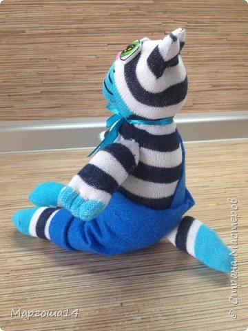 Привет всем!!! Сшила несколько игрушек из носочков  для подарков деткам. Эти игрушки приятно держать в руках.Они такие мягкие!!!  Я посчитала,что в одежде игрушки интереснее. И хотя,они смотрятся немного несуразно,но зато добрые и милые. Это кошечка в платьице с оборочками. фото 5