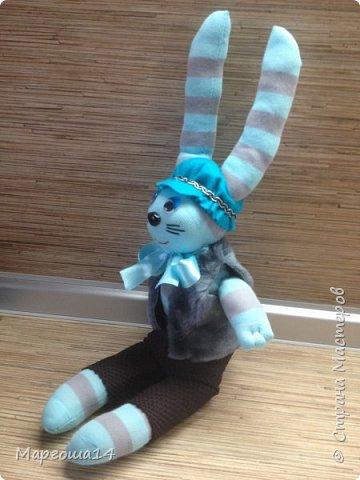 Привет всем!!! Сшила несколько игрушек из носочков  для подарков деткам. Эти игрушки приятно держать в руках.Они такие мягкие!!!  Я посчитала,что в одежде игрушки интереснее. И хотя,они смотрятся немного несуразно,но зато добрые и милые. Это кошечка в платьице с оборочками. фото 11