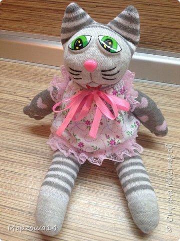 Привет всем!!! Сшила несколько игрушек из носочков  для подарков деткам. Эти игрушки приятно держать в руках.Они такие мягкие!!!  Я посчитала,что в одежде игрушки интереснее. И хотя,они смотрятся немного несуразно,но зато добрые и милые. Это кошечка в платьице с оборочками. фото 1