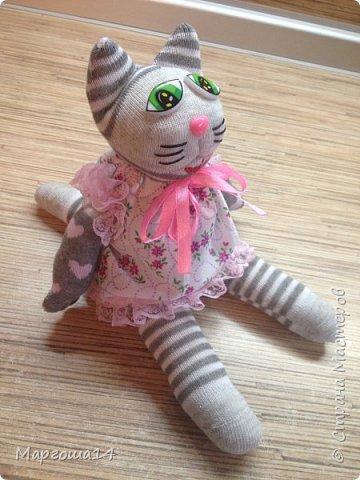 Привет всем!!! Сшила несколько игрушек из носочков  для подарков деткам. Эти игрушки приятно держать в руках.Они такие мягкие!!!  Я посчитала,что в одежде игрушки интереснее. И хотя,они смотрятся немного несуразно,но зато добрые и милые. Это кошечка в платьице с оборочками. фото 3