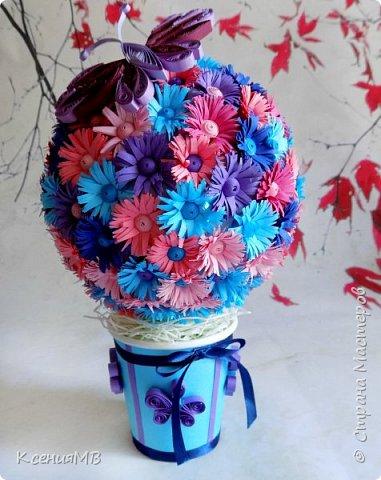 """Топиарий """"Весенние цветы"""" в технике квиллинг. Готовила эту работу как образец для моих учениц, чтобы посмотрели, потрогали и вдохновились. На самом деле это очень простая работа, но трудоемкая. Никаких сложностей с изготовлением цветочков и бабочки нет. Собирается топиарий на пенопластовый шар с помощью горячего клея. Для цветочков использовалась цветная двусторонняя бумага (полоски шириной 1.5 см нарезаются бахромой в виде """"заборчика""""), для серединки использовалась обычная бумага для квиллинга шириной 5 мм. фото 1"""