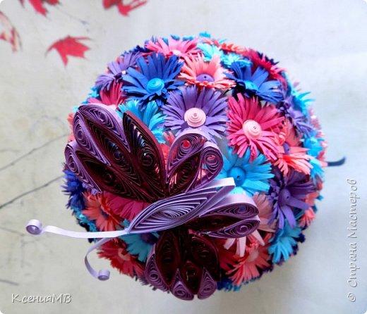 """Топиарий """"Весенние цветы"""" в технике квиллинг. Готовила эту работу как образец для моих учениц, чтобы посмотрели, потрогали и вдохновились. На самом деле это очень простая работа, но трудоемкая. Никаких сложностей с изготовлением цветочков и бабочки нет. Собирается топиарий на пенопластовый шар с помощью горячего клея. Для цветочков использовалась цветная двусторонняя бумага (полоски шириной 1.5 см нарезаются бахромой в виде """"заборчика""""), для серединки использовалась обычная бумага для квиллинга шириной 5 мм. фото 2"""