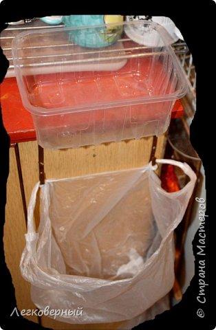 """Вариант с подвешенными рядом с мойкой одноразовыми мешками прижился (см. """"Мой мусор""""). Но есть усовершенствования. В магазинах всё больше товаров продаётся в пластиковых лотках. Они как раз подходят по размеру в ашановские достаточно прочные бесплатные мешочки. фото 1"""