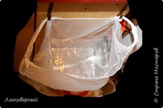 """Вариант с подвешенными рядом с мойкой одноразовыми мешками прижился (см. """"Мой мусор""""). Но есть усовершенствования. В магазинах всё больше товаров продаётся в пластиковых лотках. Они как раз подходят по размеру в ашановские достаточно прочные бесплатные мешочки. фото 2"""