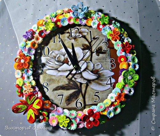 Часики продекорированы цветочками и бабочкой в технике квиллинг. Диаметр часов 27 см. Часы рабочие. фото 1