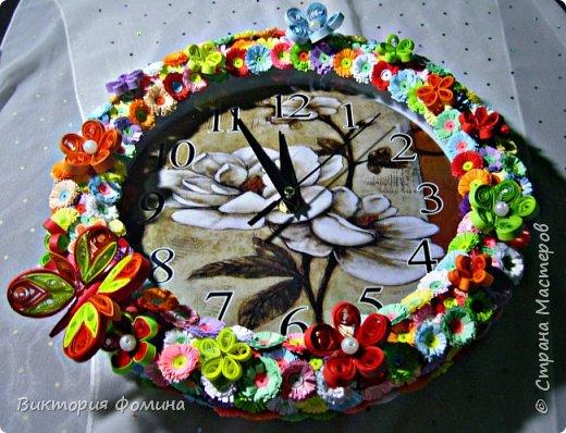 Часики продекорированы цветочками и бабочкой в технике квиллинг. Диаметр часов 27 см. Часы рабочие. фото 2