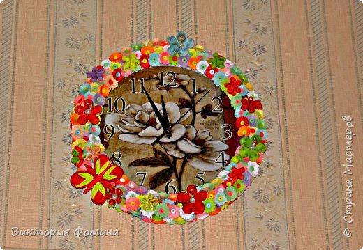 Часики продекорированы цветочками и бабочкой в технике квиллинг. Диаметр часов 27 см. Часы рабочие. фото 3