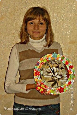 Часики продекорированы цветочками и бабочкой в технике квиллинг. Диаметр часов 27 см. Часы рабочие. фото 5