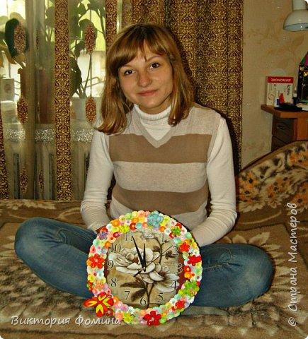Часики продекорированы цветочками и бабочкой в технике квиллинг. Диаметр часов 27 см. Часы рабочие. фото 6