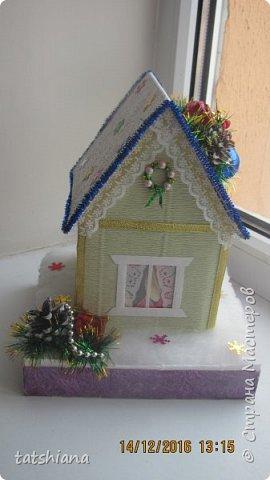 Вот такие домики были сделаны в качестве подарков на новый год. В основе коробочка конфет, внутри домика чай. фото 1