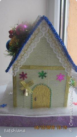 Вот такие домики были сделаны в качестве подарков на новый год. В основе коробочка конфет, внутри домика чай. фото 2