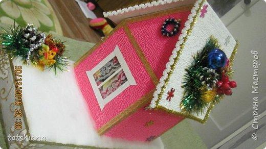 Вот такие домики были сделаны в качестве подарков на новый год. В основе коробочка конфет, внутри домика чай. фото 8