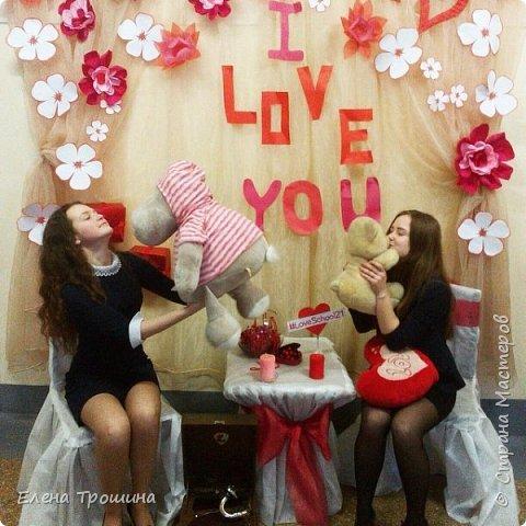 На День Валентина мы решили сделать фотозоны. Их получилось две. Это первая. Разрешалось все брать в руки, переставлять и фотографироваться. фото 3