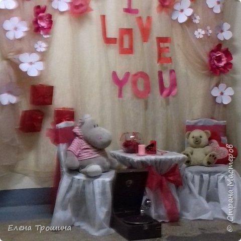 На День Валентина мы решили сделать фотозоны. Их получилось две. Это первая. Разрешалось все брать в руки, переставлять и фотографироваться. фото 1