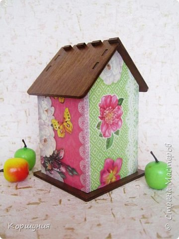 Всем привет.Готов очередной чайный домик.деревянная заготовка+декупажная карта,крыша и внутренняя отделка домика-морилка на водной основе.Покрыт акриловым лаком (тоже на водной основе). фото 3