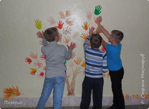 Рада поделиться идеей. Такое дерево выросло осенью в школе силами учеников начальных классов. Хотя потом захотели присоединиться и более старшие дети. Позднее появился и ёжик. Руки-стволы сделаны из сжатой кальки, потом покрашены краской, передавая кору дерева. фото 2