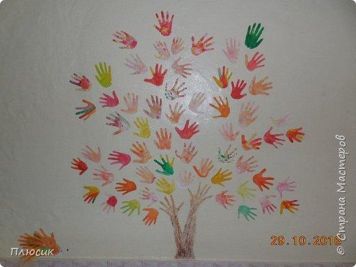 Рада поделиться идеей. Такое дерево выросло осенью в школе силами учеников начальных классов. Хотя потом захотели присоединиться и более старшие дети. Позднее появился и ёжик. Руки-стволы сделаны из сжатой кальки, потом покрашены краской, передавая кору дерева. фото 1
