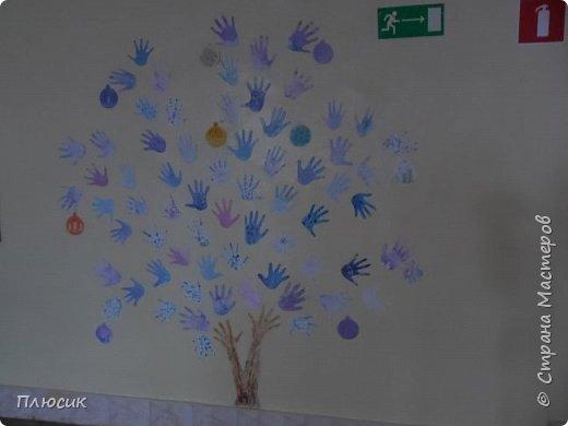 Рада поделиться идеей. Такое дерево выросло осенью в школе силами учеников начальных классов. Хотя потом захотели присоединиться и более старшие дети. Позднее появился и ёжик. Руки-стволы сделаны из сжатой кальки, потом покрашены краской, передавая кору дерева. фото 4