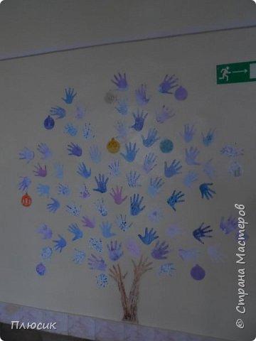 Рада поделиться идеей. Такое дерево выросло осенью в школе силами учеников начальных классов. Хотя потом захотели присоединиться и более старшие дети. Позднее появился и ёжик. Руки-стволы сделаны из сжатой кальки, потом покрашены краской, передавая кору дерева. фото 3
