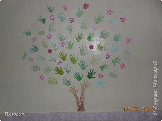 Рада поделиться идеей. Такое дерево выросло осенью в школе силами учеников начальных классов. Хотя потом захотели присоединиться и более старшие дети. Позднее появился и ёжик. Руки-стволы сделаны из сжатой кальки, потом покрашены краской, передавая кору дерева. фото 5