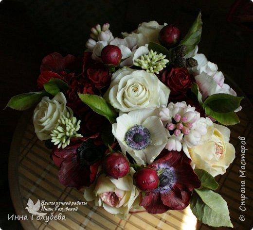 Интерьерная композиция  из холодного фарфора в шляпной коробке. В неё вошли: розы сортовые, кустовые и английские,анемоны разных расцветок, бутоны пионов, веточки туберозы, соцветия бутончиков и шишечки. Полностью ручная работа. Диаметр букета - 27-28 см,высота-26 см. фото 1