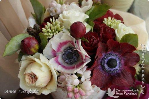 Интерьерная композиция  из холодного фарфора в шляпной коробке. В неё вошли: розы сортовые, кустовые и английские,анемоны разных расцветок, бутоны пионов, веточки туберозы, соцветия бутончиков и шишечки. Полностью ручная работа. Диаметр букета - 27-28 см,высота-26 см. фото 4
