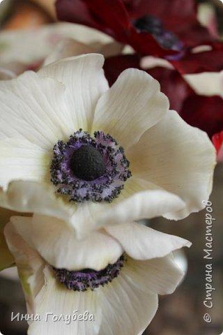 Интерьерная композиция  из холодного фарфора в шляпной коробке. В неё вошли: розы сортовые, кустовые и английские,анемоны разных расцветок, бутоны пионов, веточки туберозы, соцветия бутончиков и шишечки. Полностью ручная работа. Диаметр букета - 27-28 см,высота-26 см. фото 6