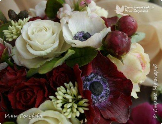 Интерьерная композиция  из холодного фарфора в шляпной коробке. В неё вошли: розы сортовые, кустовые и английские,анемоны разных расцветок, бутоны пионов, веточки туберозы, соцветия бутончиков и шишечки. Полностью ручная работа. Диаметр букета - 27-28 см,высота-26 см. фото 10