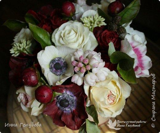 Интерьерная композиция  из холодного фарфора в шляпной коробке. В неё вошли: розы сортовые, кустовые и английские,анемоны разных расцветок, бутоны пионов, веточки туберозы, соцветия бутончиков и шишечки. Полностью ручная работа. Диаметр букета - 27-28 см,высота-26 см. фото 5
