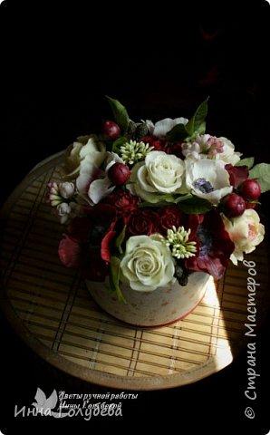 Интерьерная композиция  из холодного фарфора в шляпной коробке. В неё вошли: розы сортовые, кустовые и английские,анемоны разных расцветок, бутоны пионов, веточки туберозы, соцветия бутончиков и шишечки. Полностью ручная работа. Диаметр букета - 27-28 см,высота-26 см. фото 11