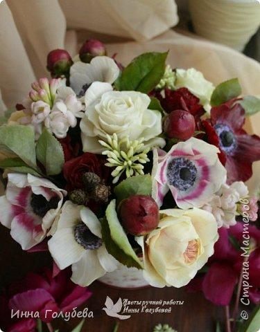Интерьерная композиция  из холодного фарфора в шляпной коробке. В неё вошли: розы сортовые, кустовые и английские,анемоны разных расцветок, бутоны пионов, веточки туберозы, соцветия бутончиков и шишечки. Полностью ручная работа. Диаметр букета - 27-28 см,высота-26 см. фото 3