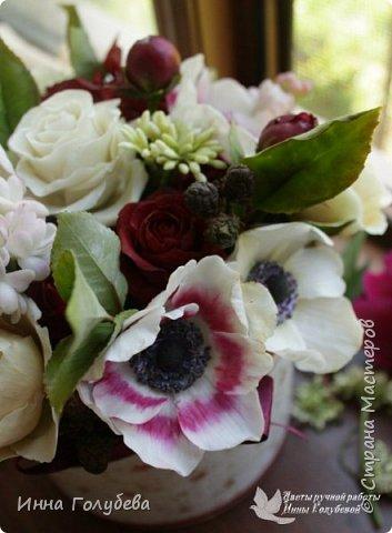 Интерьерная композиция  из холодного фарфора в шляпной коробке. В неё вошли: розы сортовые, кустовые и английские,анемоны разных расцветок, бутоны пионов, веточки туберозы, соцветия бутончиков и шишечки. Полностью ручная работа. Диаметр букета - 27-28 см,высота-26 см. фото 2