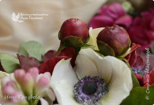 Интерьерная композиция  из холодного фарфора в шляпной коробке. В неё вошли: розы сортовые, кустовые и английские,анемоны разных расцветок, бутоны пионов, веточки туберозы, соцветия бутончиков и шишечки. Полностью ручная работа. Диаметр букета - 27-28 см,высота-26 см. фото 8