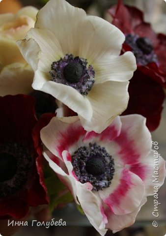 Интерьерная композиция  из холодного фарфора в шляпной коробке. В неё вошли: розы сортовые, кустовые и английские,анемоны разных расцветок, бутоны пионов, веточки туберозы, соцветия бутончиков и шишечки. Полностью ручная работа. Диаметр букета - 27-28 см,высота-26 см. фото 7